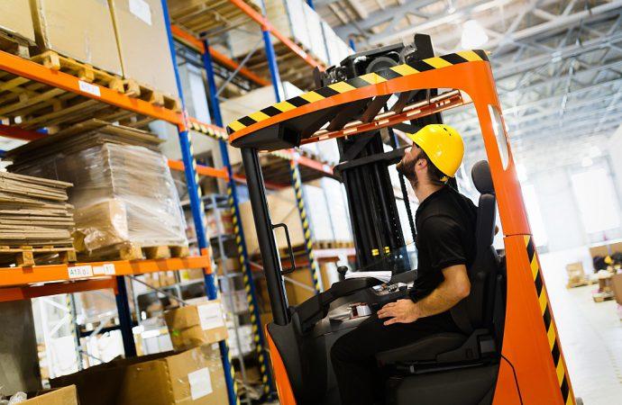 Wózek paletowy ręczny – sprzęt do transportu towaru o szerokim zastosowaniu